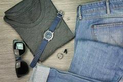 Männer arbeiten, zufällige Ausstattungen, Satz Kleidung und verschiedenes Zubehör um lizenzfreie stockbilder