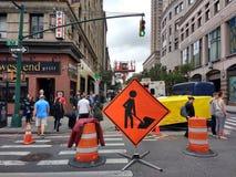 Männer am Arbeits-Zeichen, Fußgänger, Manhattan, NYC, NY, USA Lizenzfreies Stockfoto
