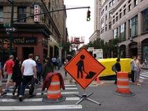 Männer am Arbeits-Zeichen, gedrängte Straße, Manhattan, NYC, NY, USA Stockfoto