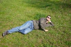 Männer auf Gras Stockfotos