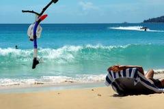 Männer auf Strand, tauchende Schablone, Meer Stockfoto