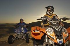 Männer auf Viererkabel-Fahrrädern Lizenzfreies Stockfoto