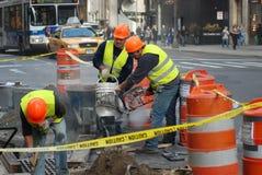 Männer bei der Arbeit über 5. Allee lizenzfreies stockfoto