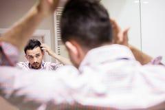 Männer benutzen auch Haarkosmetik stockfotografie