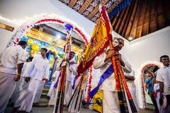 Männer bereiten sich für Kandy Esala Perahera vor Stockbilder