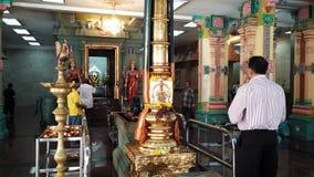 Männer beten im hindischen Tempel Lizenzfreie Stockfotos