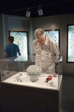 Männer betrachten eine Bildschirmanzeige in einem Museum Stockfotos