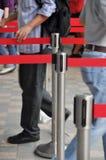 Männer betreten und beenden Warteschlange stockbilder