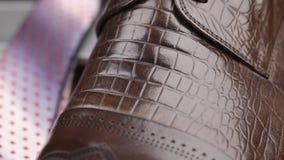 Männer Browns klassische ` s Schuhe mit Spitzeen, Nahaufnahme Transportwagenschuß stock footage