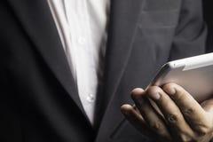 Männer in den Klagen unter Verwendung einer Tablette in den Arbeiten Lizenzfreie Stockfotos