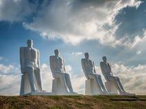 Männer an den Seekolossalen Skulpturen nahe Esbjerg beherbergten in Dänemark Lizenzfreie Stockfotografie