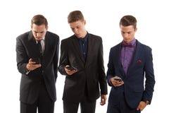 Männer an den Telefonen Stockbilder