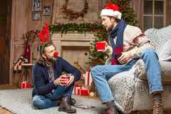 Männer in den Weihnachtskostümen Tee trinkend Stockbilder