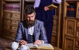 Männer in der Klage, in jungen Professoren oder in den Detektiven verbringen Freizeit Stockbild