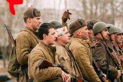 Männer der roten Armee in den Rängen nach dem Kampf Gomel, Weißrussland stockbild