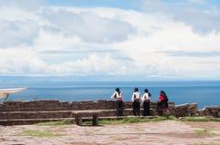 Männer in der traditionellen Kleidung in Taquile-Insel bei Titicaca-See in Peru Stockbilder