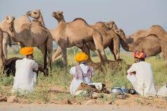 Männer des Inders drei nahmen an dem jährlichen Pushkar-Kamel Mela teil Lizenzfreie Stockfotos