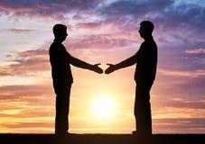 Männer des Schattenbildes zwei beabsichtigen, Hände zu rütteln Lizenzfreie Stockbilder