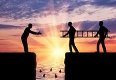 Männer des Schattenbildes zwei tragen eine Leiter, um den Übergang zu ebnen der Abgrund für einen anderen Mann Lizenzfreies Stockbild