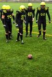 Männer, die amerikanischen Fußball spielen stockfotografie