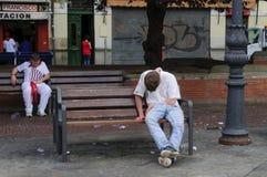 Männer, die auf Bänke schlafen lizenzfreie stockfotografie