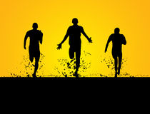 3 Männer, die auf dem Feld laufen Lizenzfreie Stockbilder