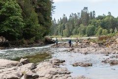 Männer, die auf dem Fluss fischen Stockfoto