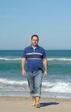 Männer, die auf den Strand gehen Lizenzfreies Stockfoto