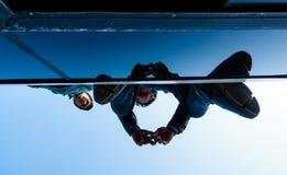 Männer, die auf ein Busdach reisen Stockfotos