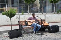 Männer, die auf einer Gitarre spielen Stockfotos