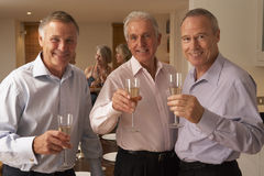 Männer, die Champagne an einem Abendessen genießen stockfoto