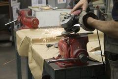 Männer, die das Eisen in einer Arbeitstabelle bearbeiten stockfoto