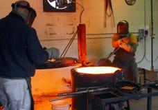 Männer, die an der Gießerei arbeiten stockbilder