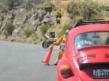 Männer, die an der Straße und der Verkehrssicherheit arbeiten Stockbild