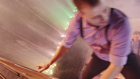 Männer, die an der Trampoline im Zirkus durchführen stock footage