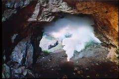 Männer, die Dynamit in der Höhle auslösen stock footage