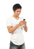 Männer, die ein Mobiltelefon anhalten Lizenzfreies Stockfoto