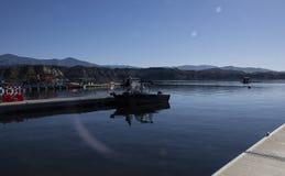 Männer, die in ein Motorboot am Cachuma See, Santa Barbara County hüpfen lizenzfreies stockfoto