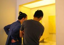 Männer, die ein Museum besichtigen stockfoto