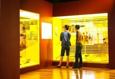 Männer, die ein Museum besichtigen stockbild