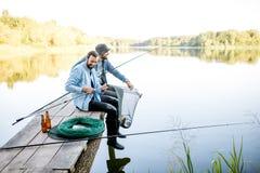 Männer, die Fische auf dem See fangen stockfotos