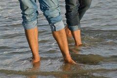 Männer, die Fotografie der modernen Jeanshosen auf Lager tragen lizenzfreie stockfotos