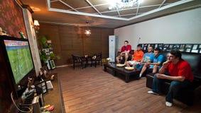 Männer, die Fußball auf Fernsehapparat überwachen Stockbilder