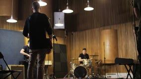 Männer, die Gitarren und einen Trommel-Satz spielen stock video