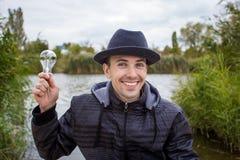Männer, die Glühlampe elektrisch halten lizenzfreie stockfotos