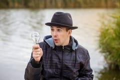 Männer, die Glühlampe elektrisch halten lizenzfreies stockfoto