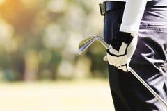 Männer, die Golf spielen stockfotografie