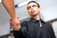Männer, die Hände rütteln lizenzfreie stockfotografie