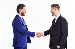 Männer, die Hände rütteln Händedruckzeichen des erfolgreichen Abkommens Lächelnder Geschäftsmann unter Verwendung des Laptop cmpu lizenzfreie stockbilder