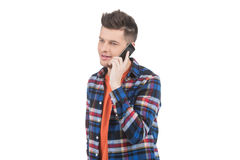 Männer, die am Handy sprechen. Stockfoto